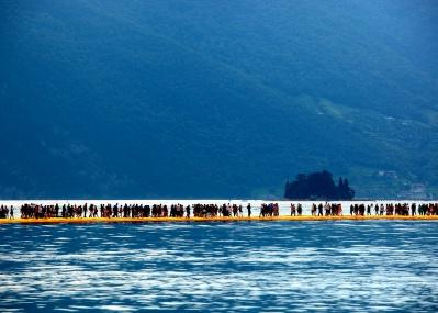クリスト&ジャンヌ=クロードの作品がイタリアの湖に出現! 100万人超が足を運ぶ巨大アートとは?