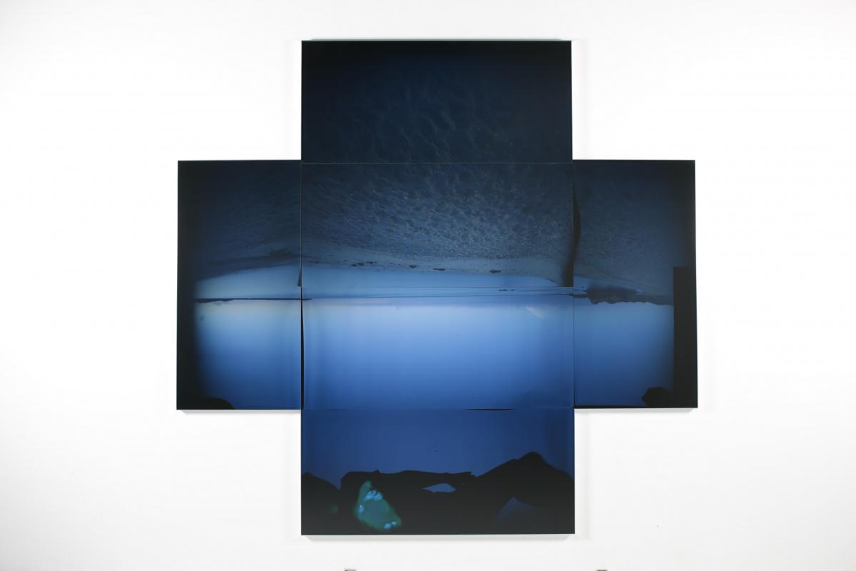 作家の故郷・徳之島の青い海に想いを馳せる、『宮本隆司 いまだ見えざるところ』。