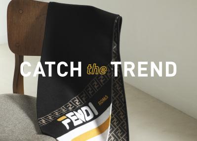 伝統の「FF」ロゴと最新ロゴで両面を彩った、「フェンディ」のスカーフ