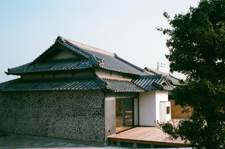 皆川明と緒方慎一郎が再生した一棟貸しの宿「ウミトタ」で、豊島の美しい自然を体感してみませんか?