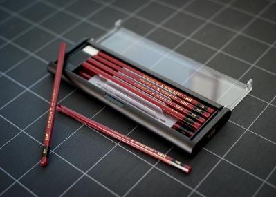 創業130年! 日本が誇る鉛筆「uni」、そしてプレミアムなペン。新旧の定番を改めて体感しよう。