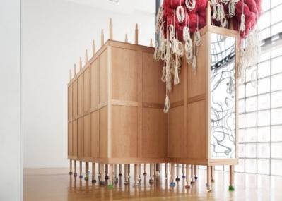 銀座のメゾンエルメスで、人間の記憶に哲学的に迫る、『クローゼットとマットレス』展。