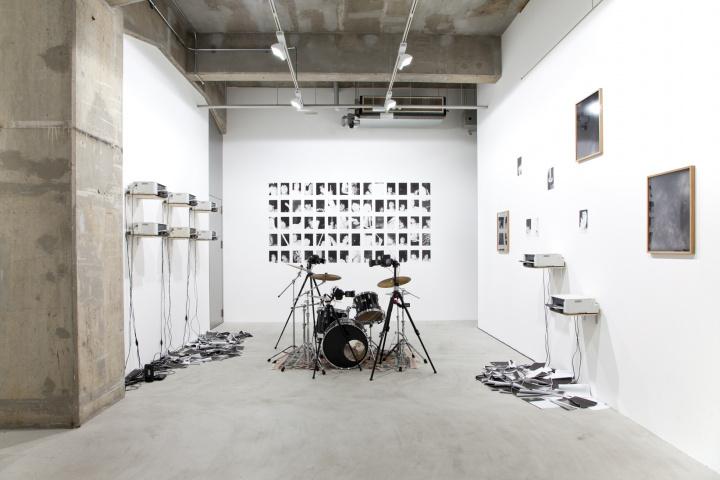 """音と光の圧巻のドラムパフォーマンスで展開される、写真家・山谷佑介の新作個展『Doors』で""""知覚の扉""""を開こう。"""