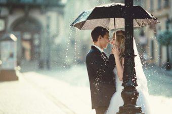 結婚式が雨だった時の傘の色や長さはどうすればいいの!?雨の日のマナーを知っておこう!