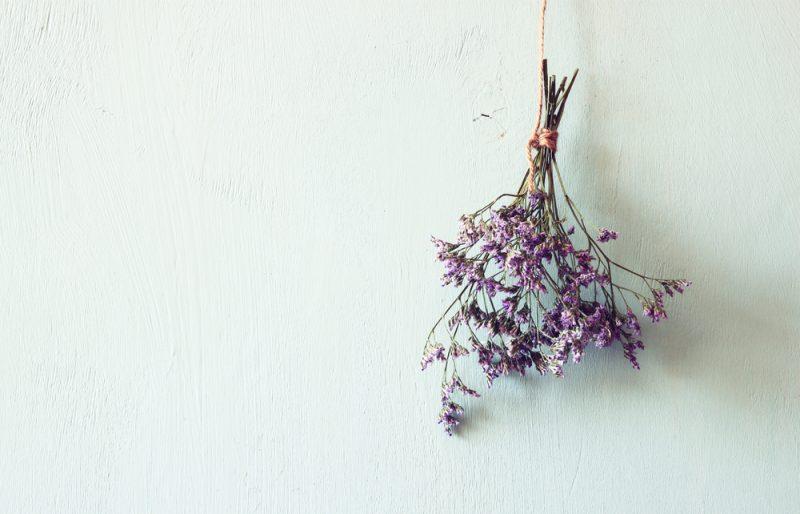 花を吊るして水分を抜く