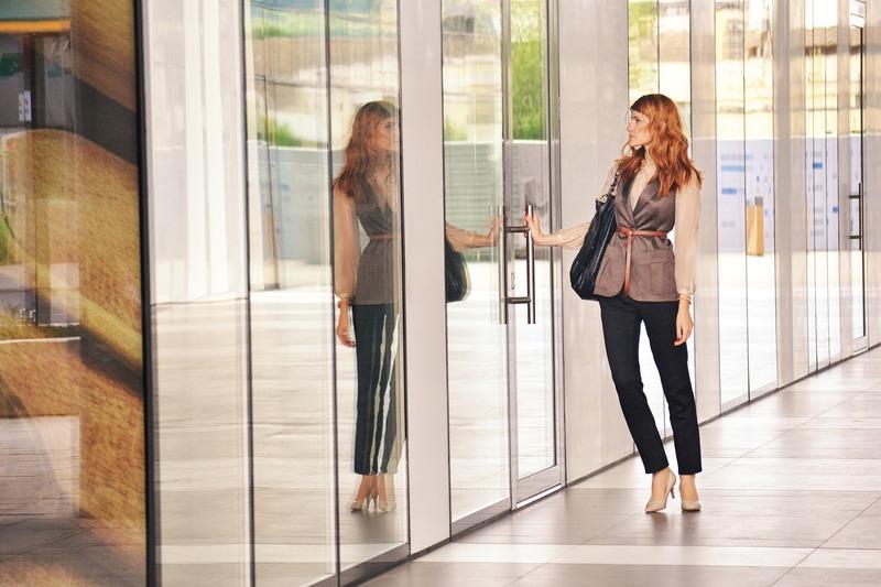 business_woman_opening_door_1997286_1920