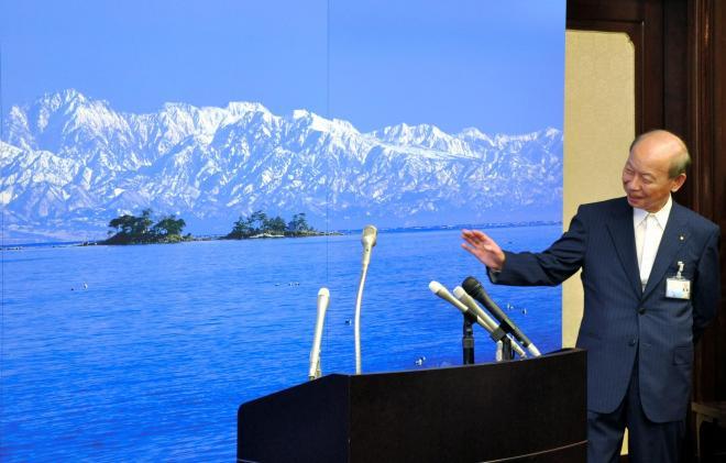 海越しの立山連峰のパネル=2011年7月8日:出典・朝日新聞
