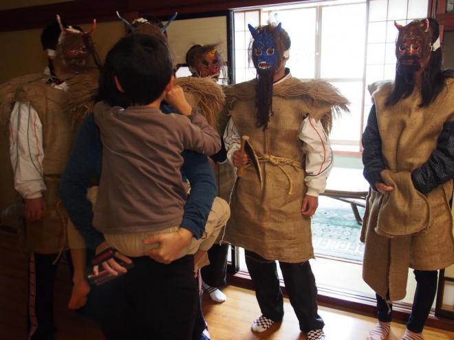 【石川・アマメハギ】鬼の面に驚いてお母さんに抱きつく男の子=2014年1月5日、輪島市大野町:出典・朝日新聞