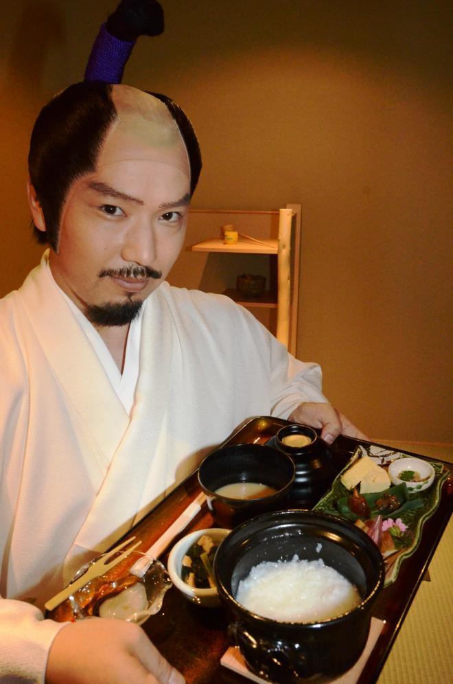 織田信長が好んだという「湯漬け」を持つ「信長茶寮」の店員=2013年5月29日