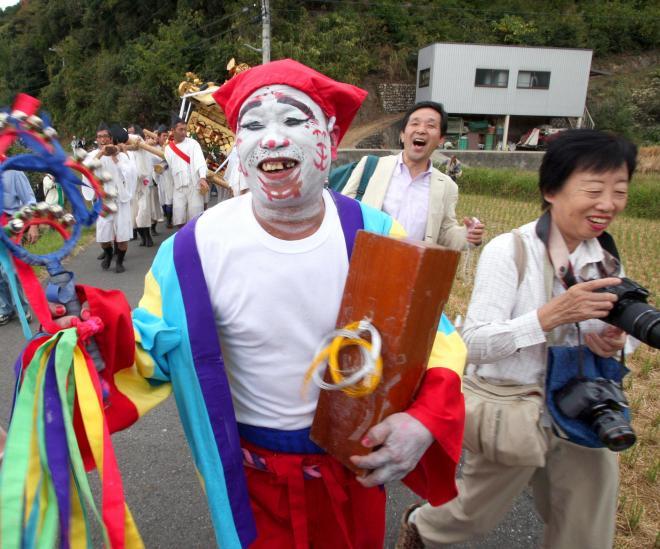 【和歌山・鈴振り】「笑え笑え」と見物客らをはやし立てる「鈴振り」=2007年10月7日:出典・朝日新聞