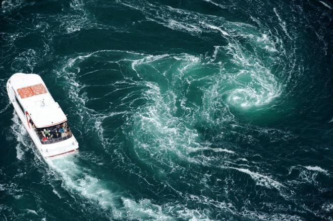 渦潮に近づく観潮船=2013年3月9日、徳島・兵庫県境の鳴門海峡、朝日新聞社ヘリから