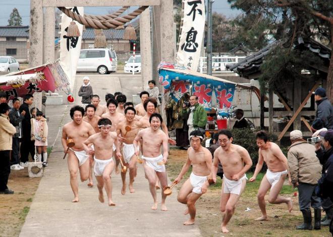 【小矢部の神事「酒とり祭り」】裸の男たちが、大声をあげながら酒をとりに拝殿を目指して走る=2005年4月11日、富山県小矢部市の下後亟神明宮:出典・朝日新聞