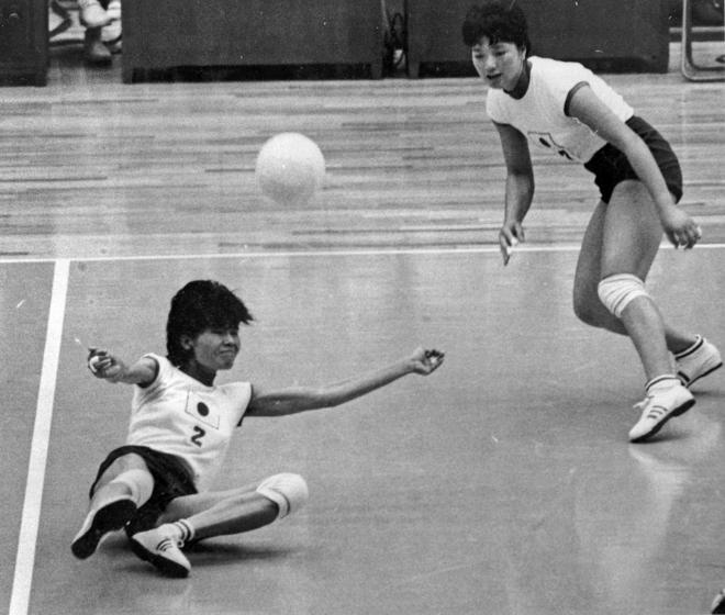 東京オリンピック第2日の1964年10月11日、東京・駒沢屋内球技場で女子バレーボールの日本対アメリカ戦が行われ、日本はセットカウント3―0で快勝した。レシーブする宮本恵美子選手(左):出典・朝日新聞