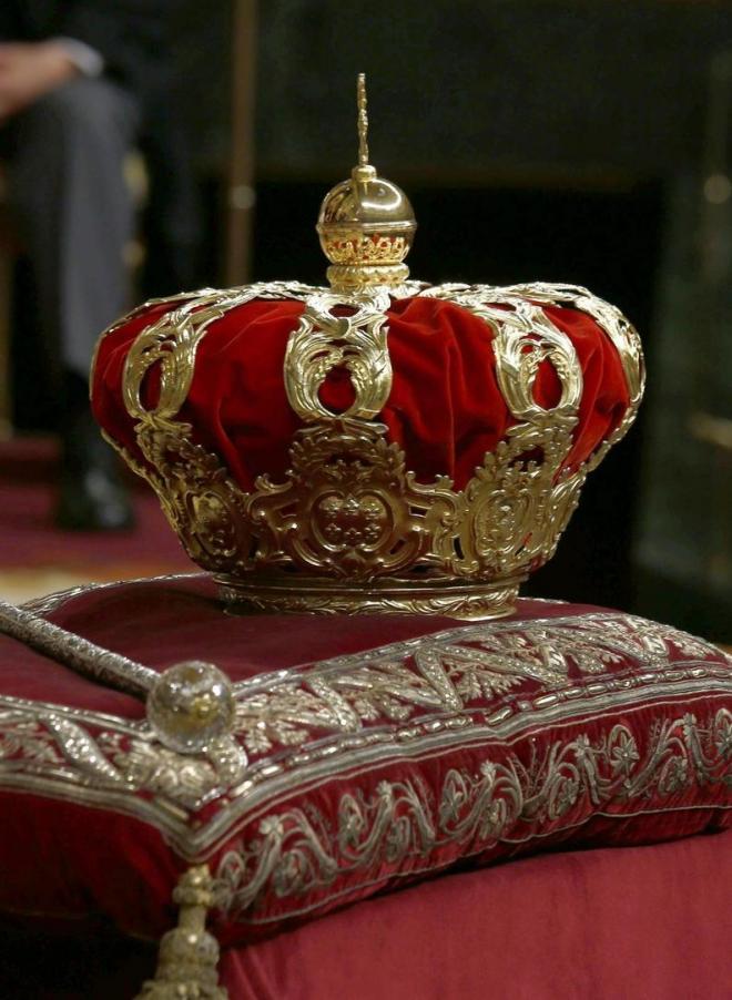 荘厳な座布団?に乗っかった、少女漫画に出てきそうな王冠
