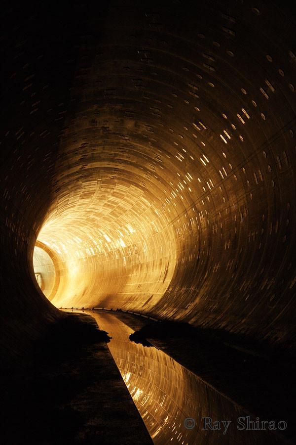 「東京都杉並区の、和田弥生幹線です。直径8.5mもある雨水貯留管。暗いところで反射しているのは、トンネルを補強する部材です」