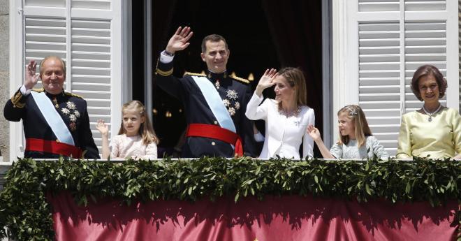 おそろいの国王ルックで手を振る、フアン・カルロス1世(左端)とフェリペ6世(中央)