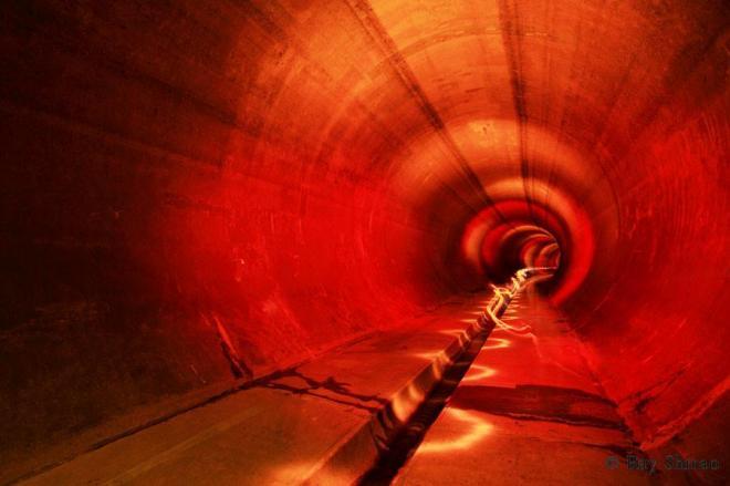 「なにわ大放水路です。土地の低い大阪市を浸水被害から守るために、2000年に完成しました」。着色ライトで撮影