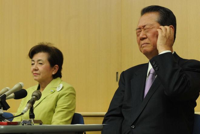 分派の経緯を説明する、嘉田由紀子氏(左)と小沢一郎氏。困ったなあ~っていう小沢氏の表情、よく見ます=2012年12月28日、大津市