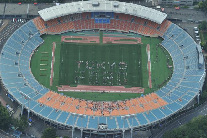 国立競技場の解体工事前最後の公式戦となるラグビーのアジア5カ国対抗戦・日本代表対香港代表戦を前に、グラウンドに「TOKYO 2020」の人文字がつくられた=2014年5月25日、東京都新宿区、朝日新聞社ヘリから、仙波理撮影