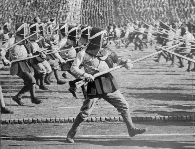 第13回明治神宮国民錬成大会第5日の1942年(昭和17年)11月2日、東京・明治神宮外苑競技場で集団銃剣道を演じる私立青年学校の生徒たち