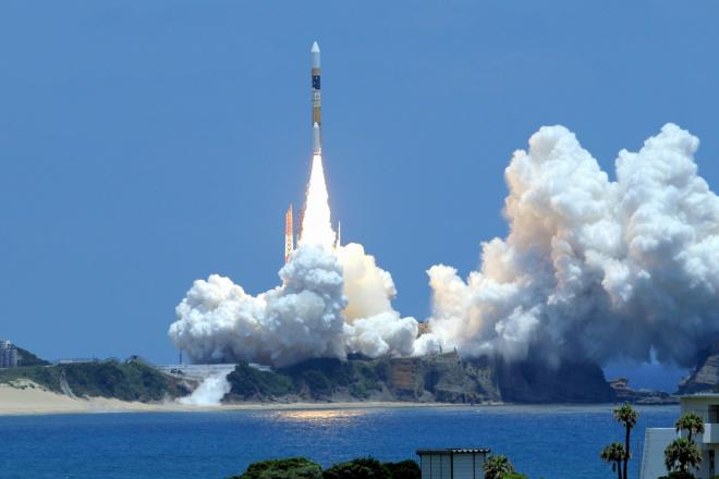 白煙とともに上昇するH2Aロケット24号機=2014年5月24日、鹿児島・種子島宇宙センター、河合真人撮影