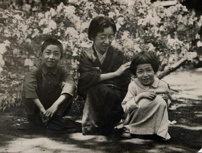 子どもたちと写真に写る白蓮(中央)