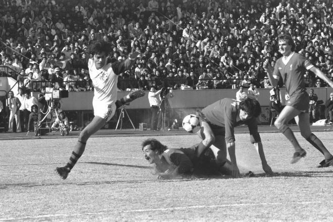 フラメンコ(ブラジル)が3-0でリバプールFC(イギリス)に快勝、初のクラブチーム世界一の座についた。写真は、前半の34分。フラメンコのジーコのフリーキックをGKグロブラー(中央)がはじき、このあとMFアジリオが押し込む=1981年12月13日