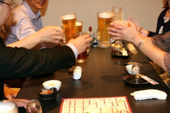 乾杯で盛り上がる合コン=2008年5月24日、大阪市北区
