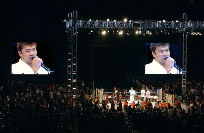 9万人の観衆を前にホイス・グレイシーを失神ノックアウトで破り、リング上でインタビューにこたえる吉田秀彦=2002年8月28日