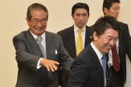 総選挙を前に結束を確認した、石原慎太郎氏(左)と橋下徹氏=2012年11月、大阪市住之江区
