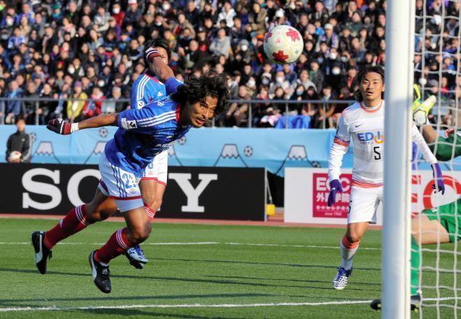 前半21分、横浜マ・中沢(左)は広島GK西川がはじいた球を頭で押し込み、ゴールを決める=2014年1月1日、上田潤撮影