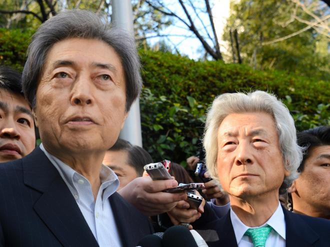 都知事選への抱負を語る、細川護熙元首相(左)。写真映えする小泉元首相のキメ顔が、これまた秀逸=2014年1月14日、東京都港区