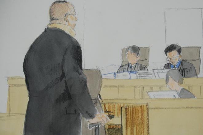 判決を聞く高山清司被告、2013年3月=京都地裁、イラスト・岩崎絵里