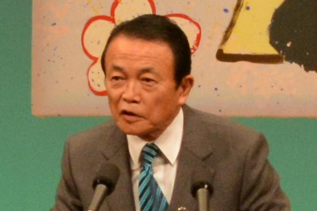 新成人を前に祝辞を述べる麻生太郎副総理=2014年1月13日、福岡県直方市