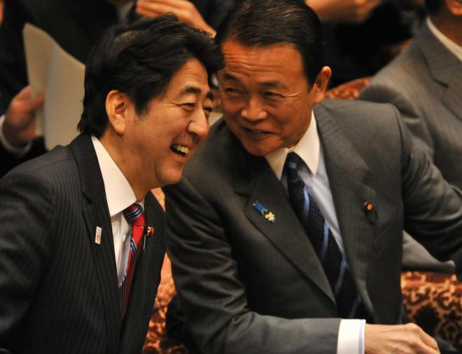 麻生太郎氏(右)と言葉を交わす安倍晋三首相=2013年2月18日