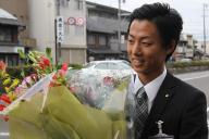 美濃加茂市役所に初登庁する藤井浩人市長=2013年6月3日