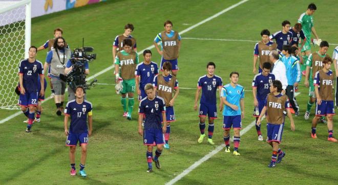 コロンビアに敗れて1次リーグ敗退が決まり、肩を落とす日本の選手たち=関田航撮影