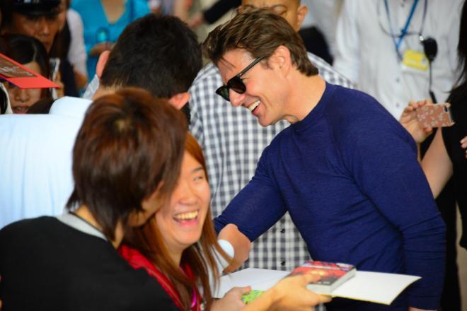 関西空港でファンサービスをするトム・クルーズ=25日、関西空港、伊藤恵里奈撮影