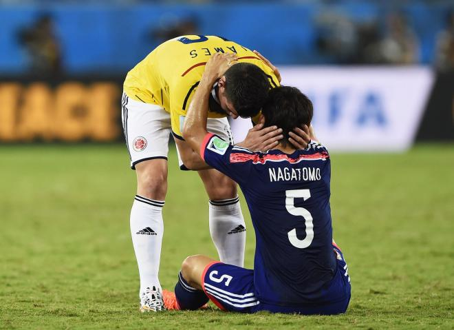 試合後、駆け寄って行くコロンビア選手…