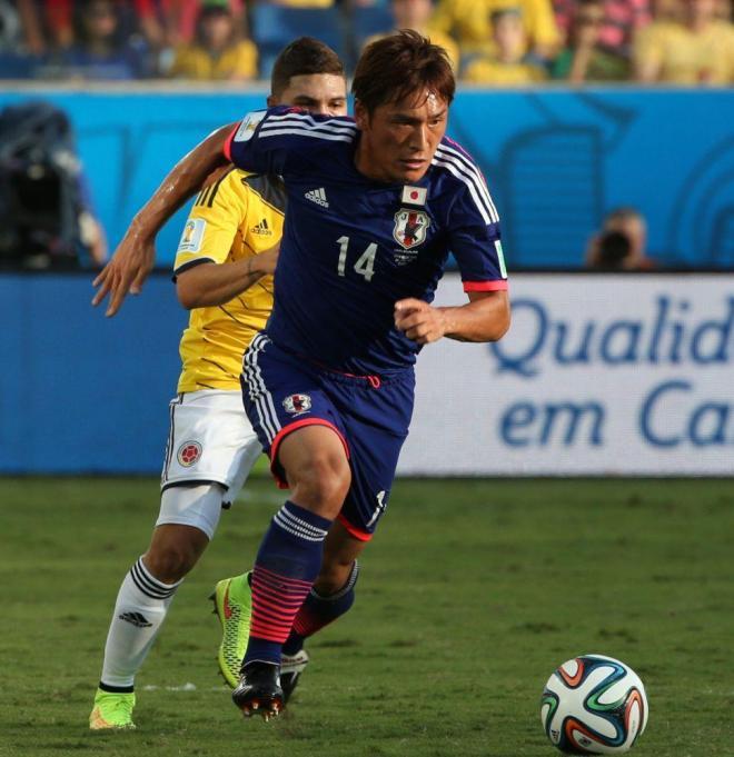 前半、ボールをキープする青山(14)=上田潤撮影
