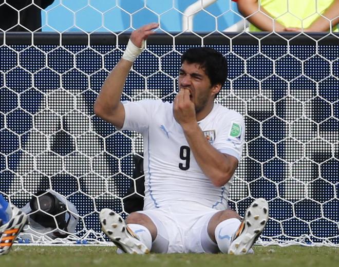 歯を痛がるスアレス。サッカー選手の肩は硬いのだろうか