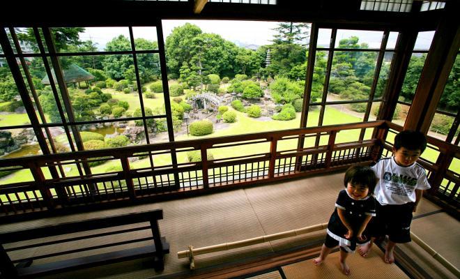 旧伊藤伝右衛門邸にある柳原白蓮の部屋からは見事な庭が見渡せる