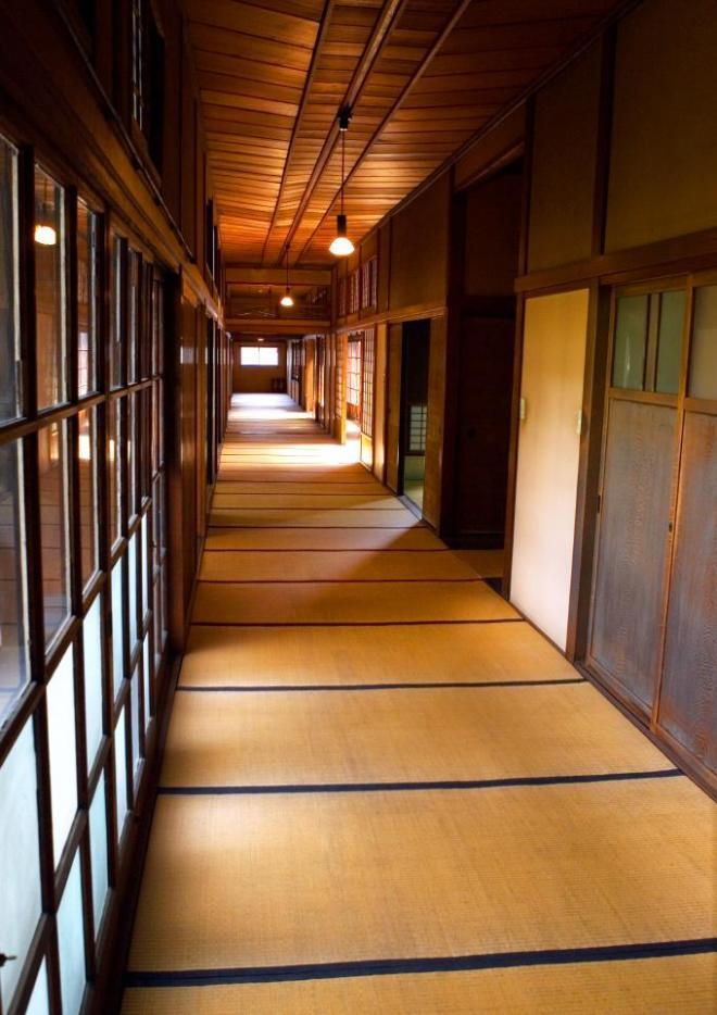 旧伊藤伝右衛門邸の廊下。天井は船底天井になっている