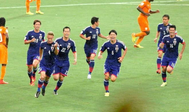 前半16分、先制ゴールを決め喜ぶ本田(4)=関田航撮影
