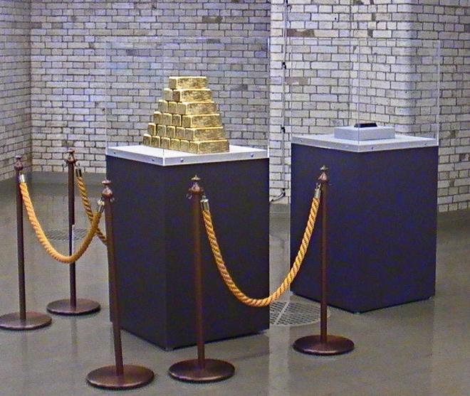 日銀では金塊の展示の横にそっくりな状態でディスプレイ。ただ鎖はありません(笑)©ATSUSHI WATANABE