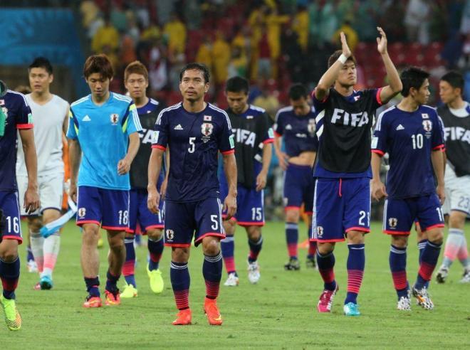 コートジボワールに敗れ、ピッチをあとにする日本代表の選手たち=上田潤撮影