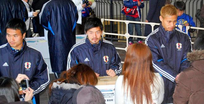 東日本大震災の慈善試合の練習前、募金を呼びかける日本代表(当時)=2011年3月26日