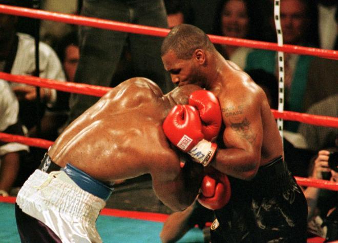 相手選手の両耳を噛んだタイソン(右)。ボクサーの隆起した三角筋は、噛みついたら歯が折れそう