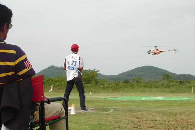 規定演技の正確さを競ったラジオコントロール・ヘリコプター日本選手権の予選=2013年10月4日、岐阜県各務原市川島小網町