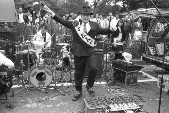 自分が発明したフライングシューズをはき、踊る中松義郎(ドクター・中松)氏=1991年3月24日